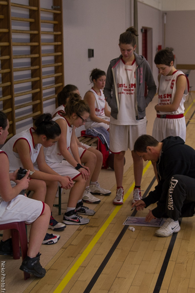 Les filles très attentives aux consignes du coach...